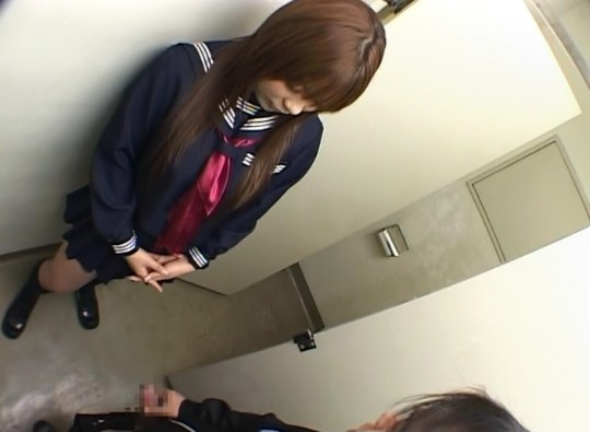 トイレでセーラー服女子の前でオナニー射精3