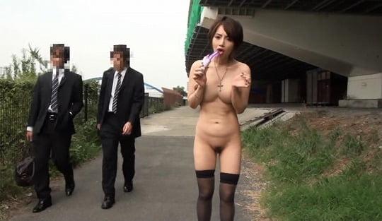 上品な巨乳の乳首露出に興奮!地味に興奮できる野外露出ビデオサンプル115