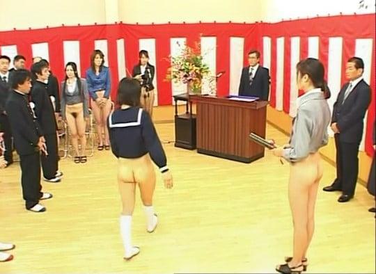 テレビドラマで女性器露出の世界!?CMNF半裸ボトムレス三昧サンプル24