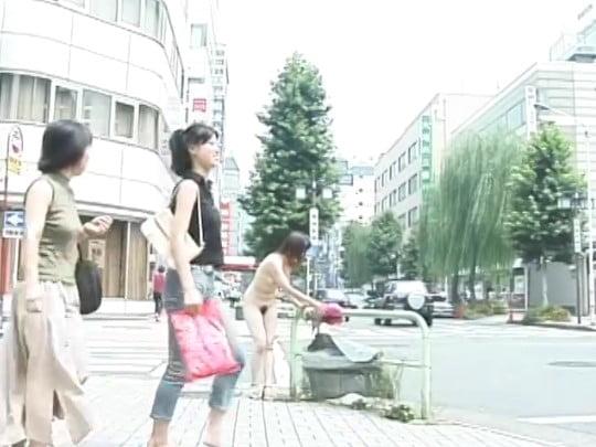 野外で、着衣露出・オマンコくぱぁ・生着替え・横断歩道全裸歩行サンプル40