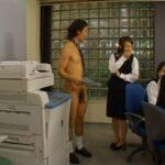 CFNMフルチン全裸男子社員【ホサカさん】の活躍、第3弾!サンプル38