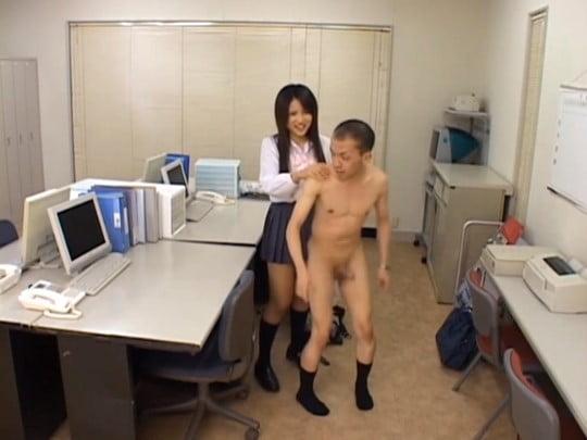 CFNMが鑑賞できる!制服JKが全裸男を着衣手コキ射精サンプル86