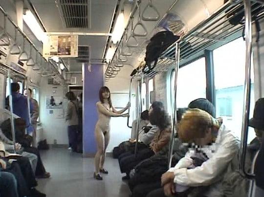 野外露出ビデオでレズキス!そして伝説の電車内全裸歩行!サンプル98