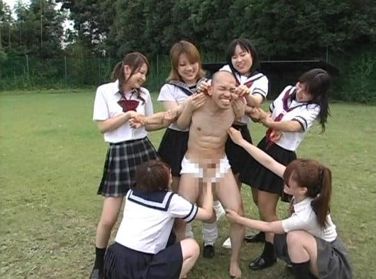 セーラー服女子校生たちに囲まれ、手コキいじめ!立ったまま射精サンプル9