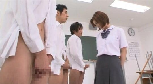 女子が男子たちの集団オナニー発見→射精を見る→お掃除フェラサンプル62