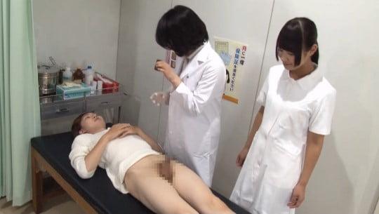 男性器合法露出!皮膚科の女医と看護師に勃起チンポを見てもらうサンプル114