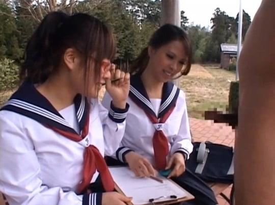 CFNM女子校生2人で男性器観察レポート。手コキ射精付き!サンプル122