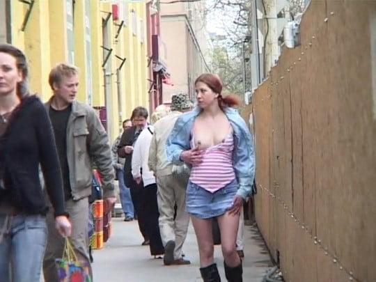 過激野外露出ビデオ!通行人に見られながら女の立ちション放尿サンプル2