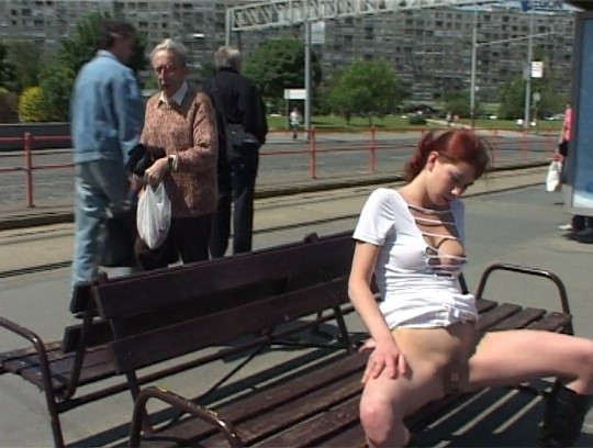 露出狂の野外露出ビデオなら、やっぱり女性器露出ポーズが欲しいサンプル44