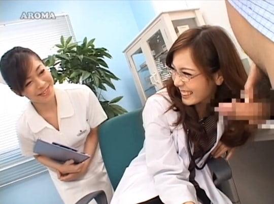 女医と女性看護師による合法露出&強制オナニー射精(CFNM)サンプル62