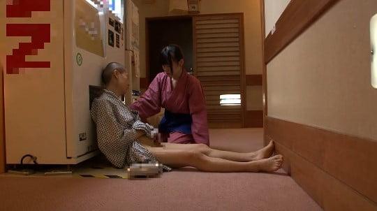 合法露出?温泉旅館の廊下で酔って寝たフリで浴衣からチンポ露出サンプル118