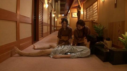 合法露出?温泉旅館の廊下で酔って寝たフリで浴衣からチンポ露出サンプル148