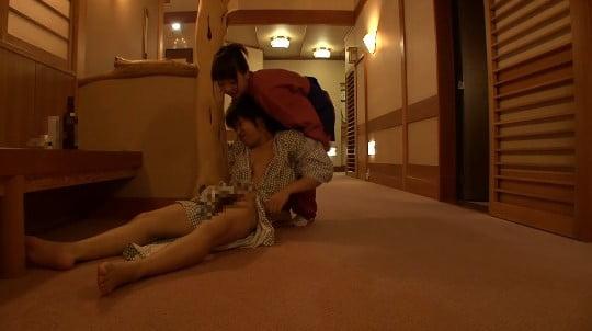 合法露出?温泉旅館の廊下で酔って寝たフリで浴衣からチンポ露出サンプル26