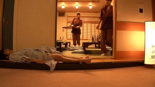 合法露出?温泉旅館の廊下で酔って寝たフリで浴衣からチンポ露出サンプル62