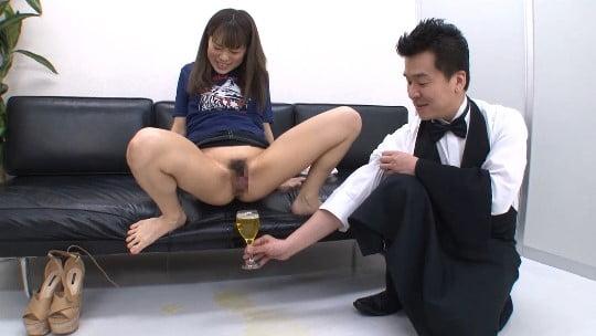 小便ソムリエ登場!CMNF女子のオシッコをワイングラスで飲むサンプル17