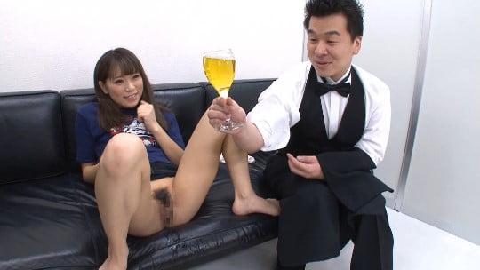 小便ソムリエ登場!CMNF女子のオシッコをワイングラスで飲むサンプル23