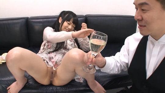 小便ソムリエ登場!CMNF女子のオシッコをワイングラスで飲むサンプル74