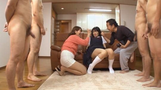 CFNM!ジャンスカ制服女子とフルチン全裸の近所のお兄さん達サンプル109