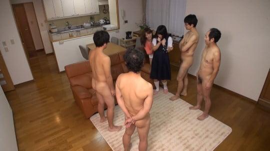 CFNM!ジャンスカ制服女子とフルチン全裸の近所のお兄さん達サンプル19