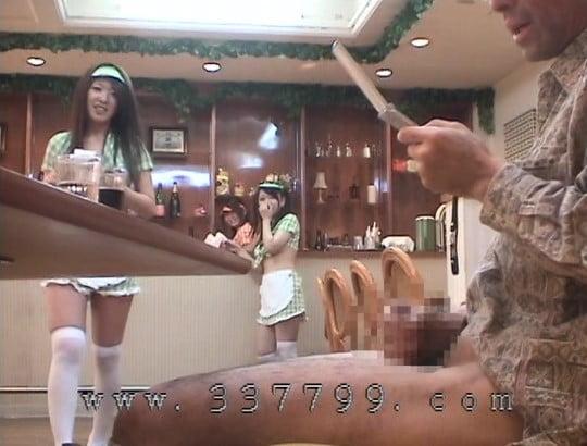 露出狂勃起!CFNMオナクラ風ファミレスで射精を見る女子たちサンプル54