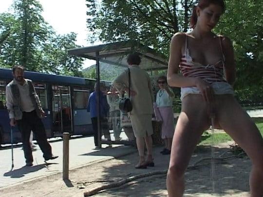 バス停・公園に現れた着衣露出狂女!クライマックスは立ちションサンプル44