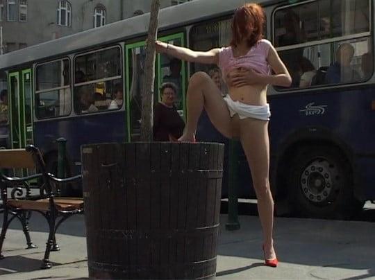 過激野外露出ビデオで着衣開脚露出ポーズのまま放尿する!サンプル8