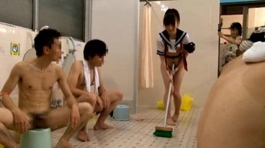 男湯にセーラー服着衣女子!露出狂フルチン男達がチンポ見せつけサンプル110