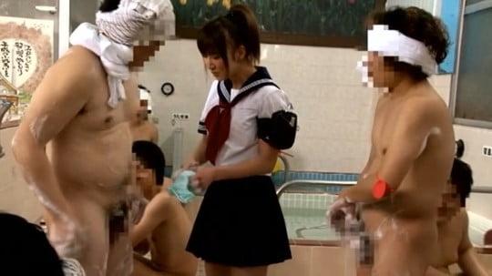 男湯にセーラー服着衣女子!露出狂フルチン男達がチンポ見せつけサンプル53