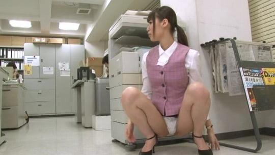 前から常に見えるパンチラ!超マイクロミニスカートのOL制服サンプル46