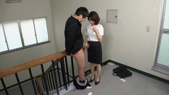 女子が男子にイジメ!拘束フルチン放置プレーを女教師に見られるサンプル102