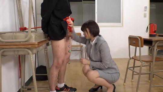 女子が男子にイジメ!拘束フルチン放置プレーを女教師に見られるサンプル134